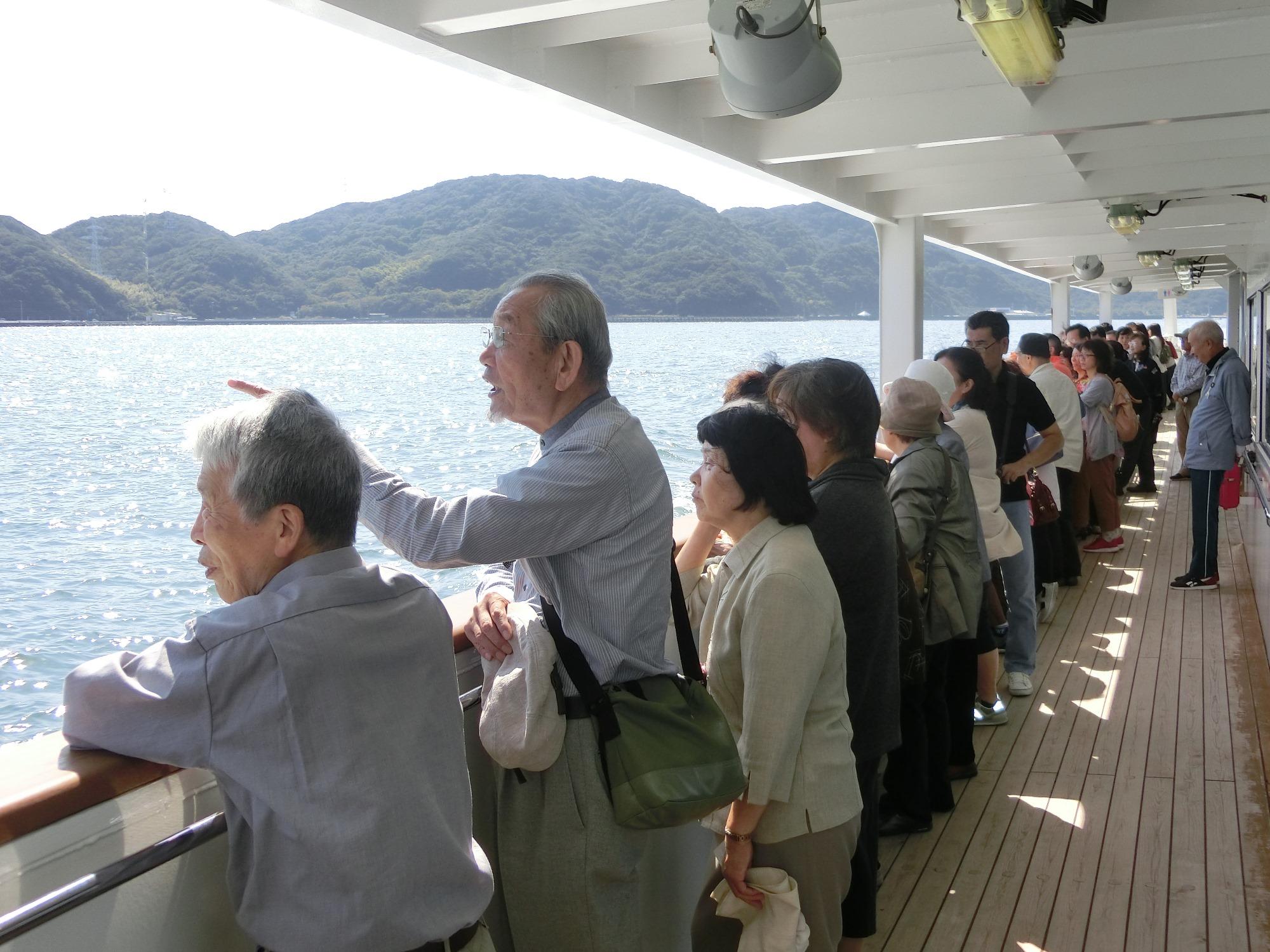 船から鳴門の渦潮を見学