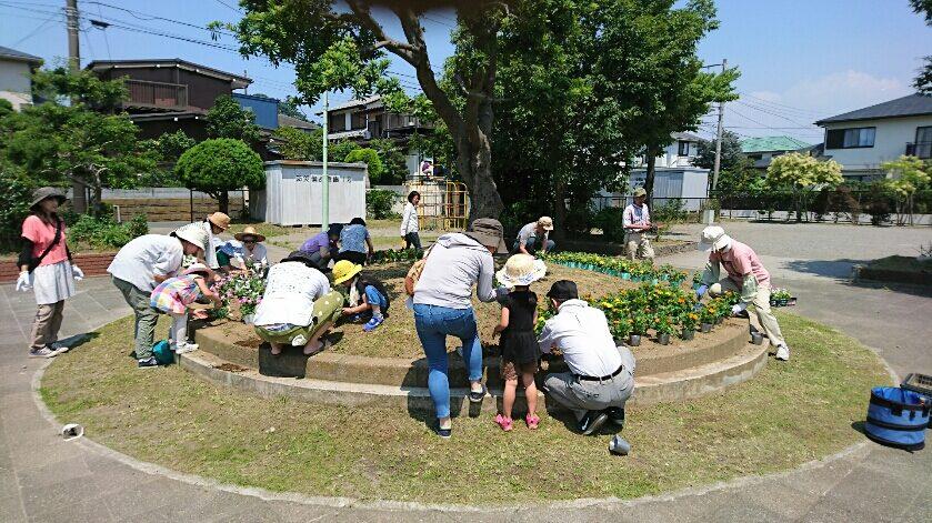 24稲田秀樹_①住民と一緒に花植え